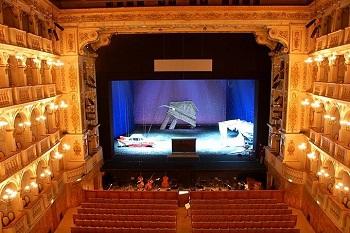Внутри Болонского общественного театра