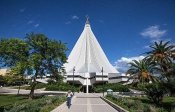 Вход в Церковь Мадонны делла Лакриме